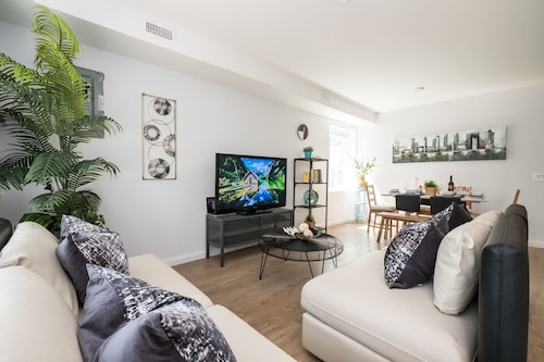 Chic & Central 3-bedroom in Little Italy