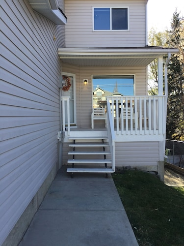 Large 4 Bedroom Home in Downtown Okotoks
