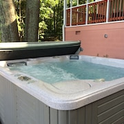 Stay Lakeside w/ Hottub, Fire Pit, Kayak & Pontoon for Rent