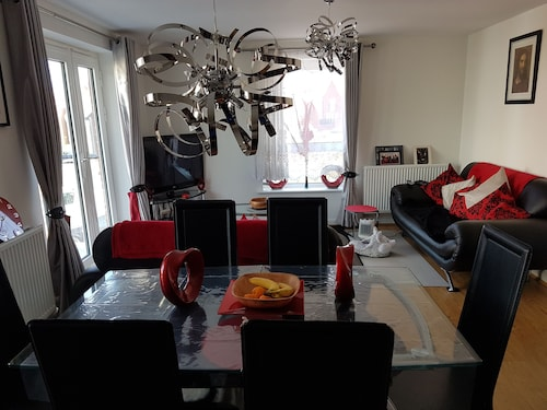 2 Double Bedrooms Sleeps 2 in Each. Ensuite/ Bath & Shower, own TV & Free Wifi