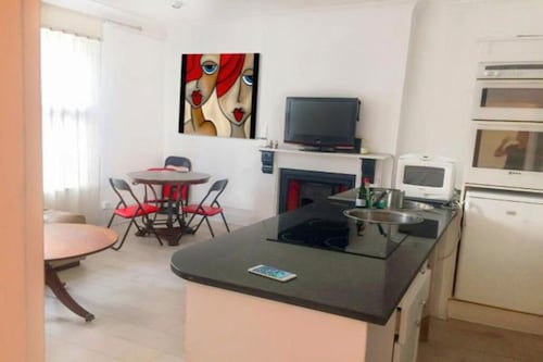 Special Offer - 2 Bedroom Flat - Close to River, Tube, Town Center