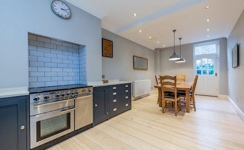 3 Beds Town House near Kings Cross by City Stay London