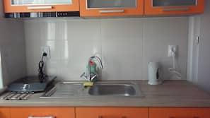 Kühlschrank, Ofen, Wasserkocher, Kochgeschirr/Geschirr/Besteck