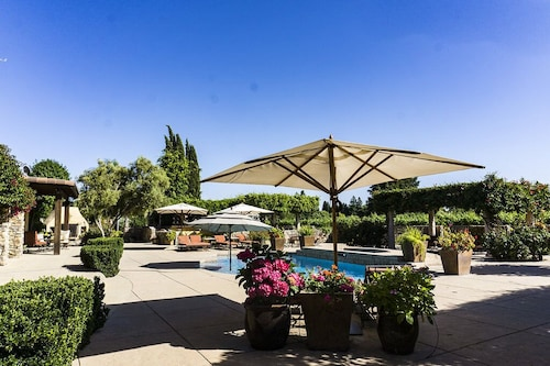 Poolside King Studio With Private Entrance in the Vineyard