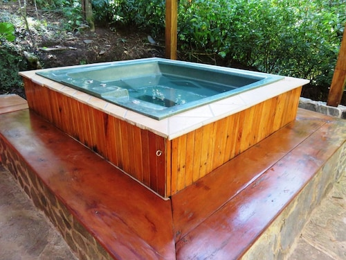 Hot Tub! Newly Renovated! Fast Wifi. ½ Mile From the Reserve