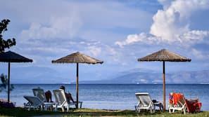 Plage, navette pour la plage, chaises longues, parasols