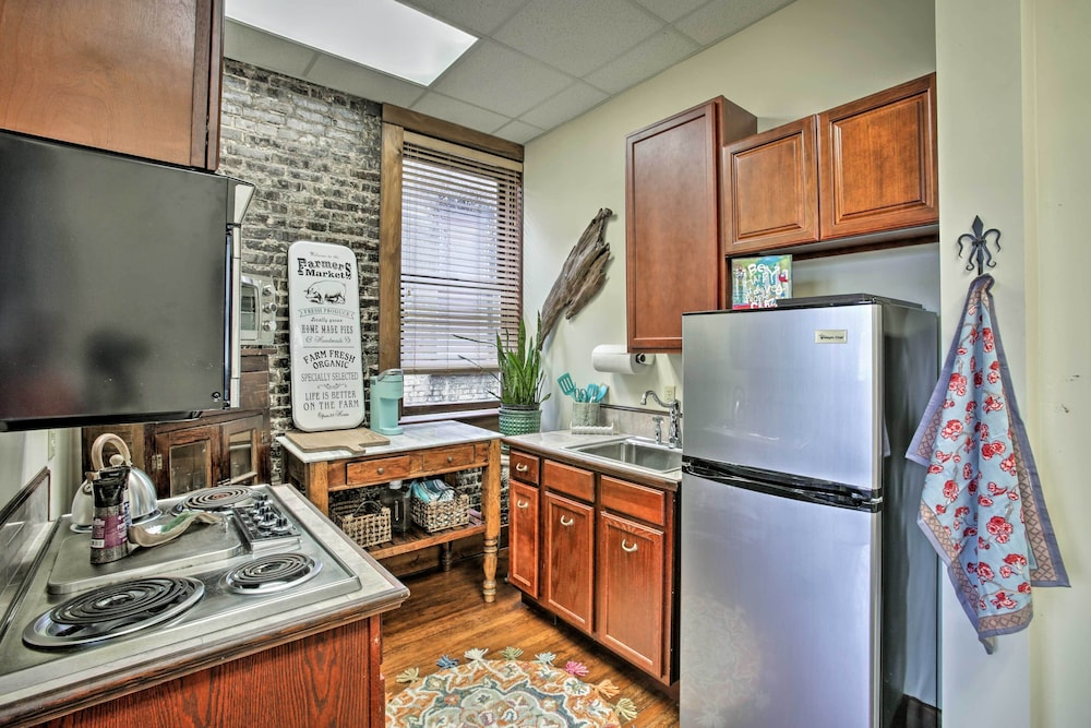 Private Kitchen, Quarters Above Courtyard-near Strawberry Festival!