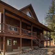 Beautiful, Private Timber Framed Home With Salt Water hot Tub!