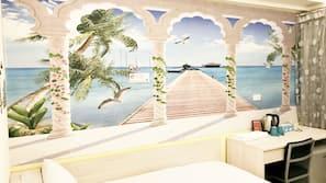 羽絨被、設計自成一格、家具佈置各有特色、書桌