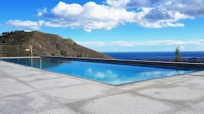 12 piscines extérieures, parasols de plage, chaises longues