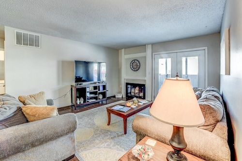 Stay in a Classically Designed apt Near Oru, Exercise Trails, and Restaurants!