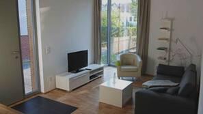 Fernseher, DVD-Player, Tischtennisplatte, Stereoanlage