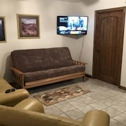 Beautiful Home. Sleeps 4. Roku TV. Full Kitchen