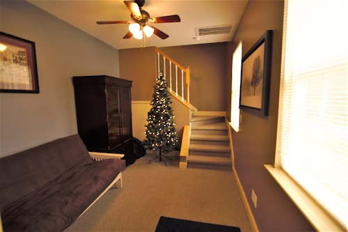 Charming 2 Story Efficiency Suite With Full Kitchen. Minutes From GSP Sleeps 3-4