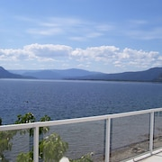 Beautiful 6 Bdrm House Overlooking Stunning Lake and Boat Dock.pet/kid Friendly