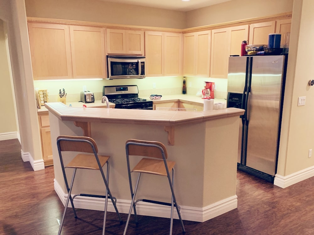 Private Kitchen, Spacious Home Close to it All - 4 Bedrooms , 3 Baths, Private Hot Tub