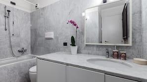 Badkar/dusch, gratis toalettartiklar, hårtork och handdukar