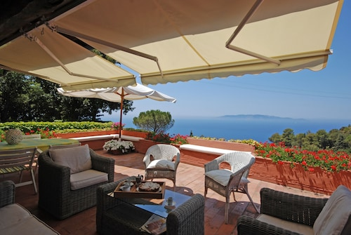 Cozy apt With Sweeping sea View, Beach Club Access at Cala Piccola Bay. Wifi, AC