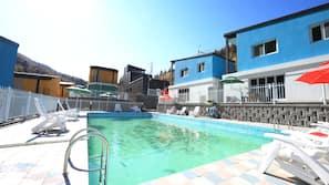 실내 수영장, 시즌별로 운영되는 야외 수영장
