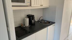 Frigorifero, microonde, piano cottura, macchina per tè/caffè