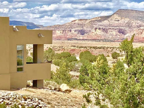 Great Place to stay Luxury Mesa Top Home. Majestic Views. Hot Tub, A/c, Wifi, Fire Pit, Hiking near Gallina
