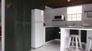 Full-sized fridge, microwave, oven, hob