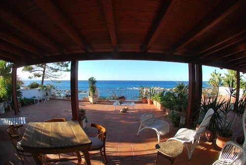 Donna Eugenia: a House in Front of the sea for an Unforgettable Holiday