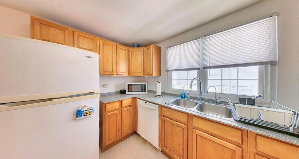 Private Kitchen, Cozy Bermuda Home! 5 Minutes Walk To Beach / Groceries