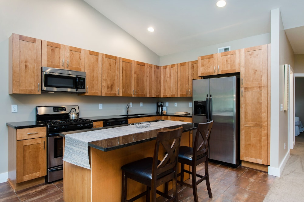 Private Kitchen, Saratoga gem.  Walk to everything from your beautiful new single level condo