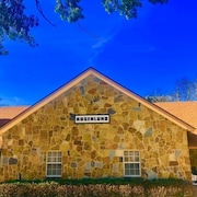 5-star Google Reviews - Lodging + Breakfast + Activities, in the Heart of Dallas