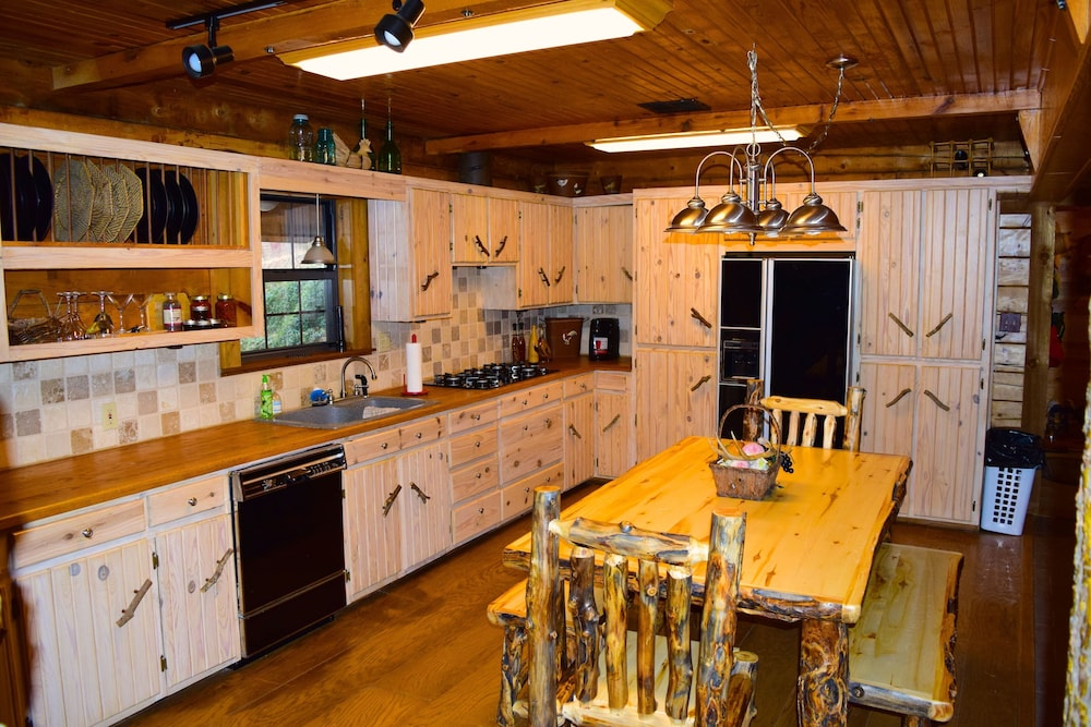 Private Kitchen, Secluded Rustic Cabin W/wifi on 160 Acres Near Illinois River & Lake Tenkiller