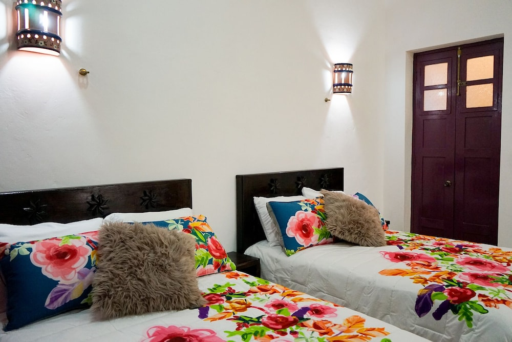 Room, Gorgeous art Retreat! Just Steps 2 Progreso Beach & Malecon Restaurants