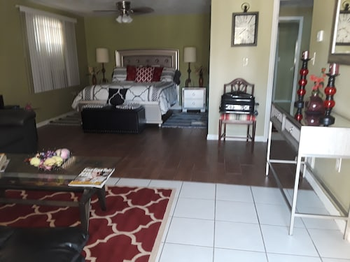 Studio Apt. In Down Town Tarpon Springs Close to Restaurants and Coffee Shops!