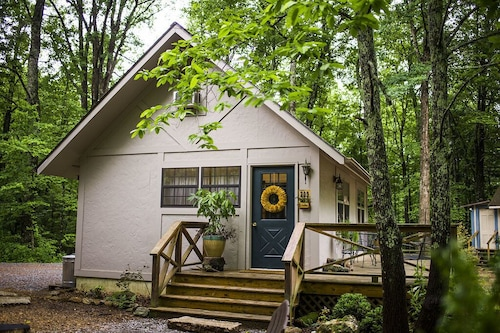 Beautifully Updated Cottage on a Private Lake Near Tryon & Asheville