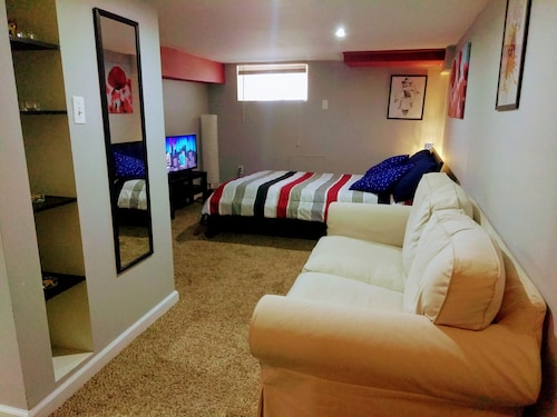 Sweet Basement Suite: Private Bedroom, Bathroom, Kitchenette