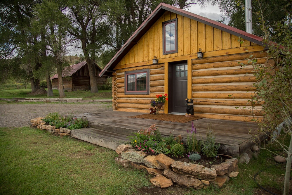 , Gorgeous Newly Remodeled Log Cabin at Tiny Timbers Resort!