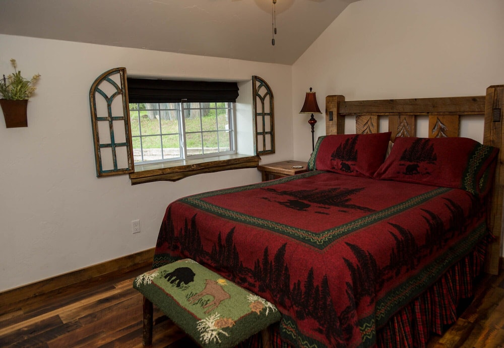Room, Gorgeous Newly Remodeled Log Cabin at Tiny Timbers Resort!