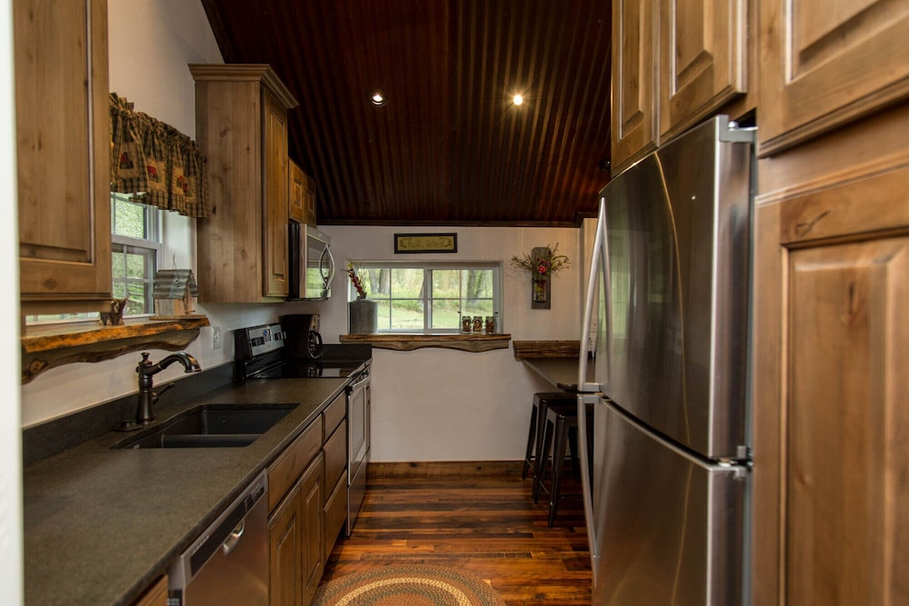 Private Kitchen, Gorgeous Newly Remodeled Log Cabin at Tiny Timbers Resort!