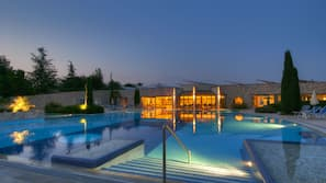 2 piscine coperte, 2 piscine all'aperto