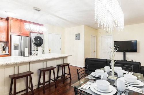3 Bedroom 1 Bathroom Washer Dryer 8 Minute to Subway 30-40 Minutes to Manhattan