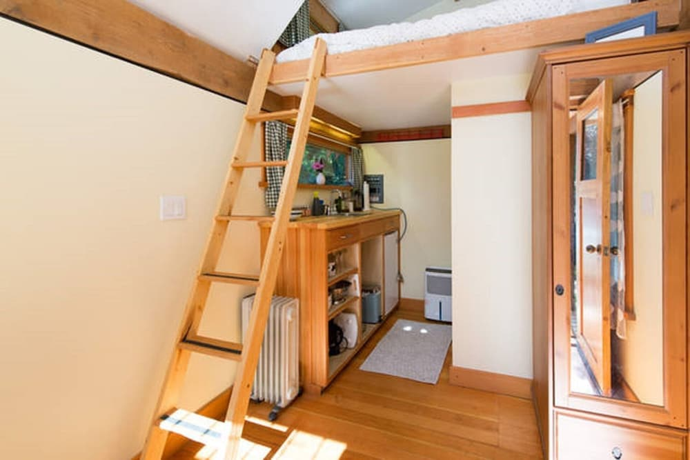 Room, The Micro Cabin In Roberts Creek - 2 Minutes From the Beach!
