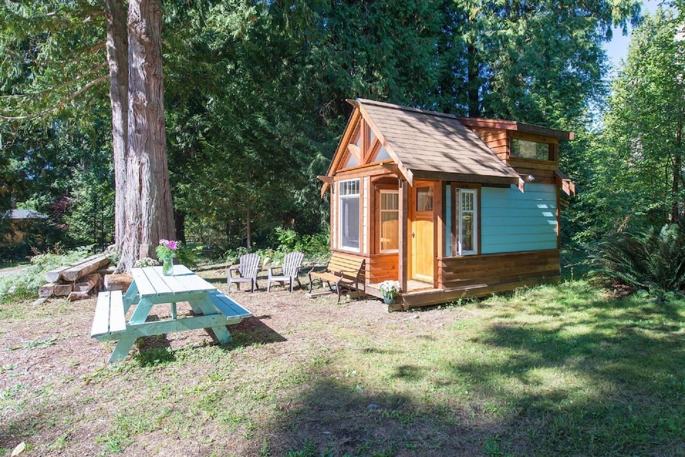, The Micro Cabin In Roberts Creek - 2 Minutes From the Beach!