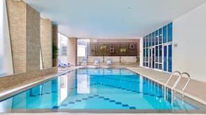 室内游泳池,06:00 至 22:00 开放,日光浴躺椅