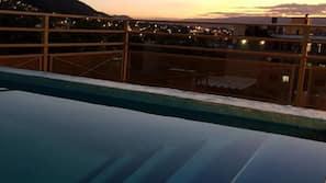 Una piscina al aire libre (de 10:00 a 21:00), sombrillas