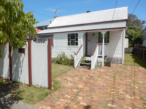 Charming, Private 3-Bedroom Cottage By The Bay