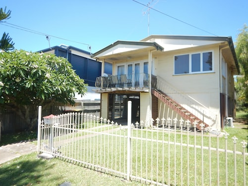 Spacious 2-Storey Home By The Bay: Sleeps 12