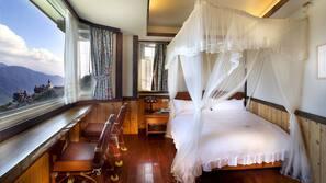 高級寢具、設計自成一格、家具佈置各有特色、書桌