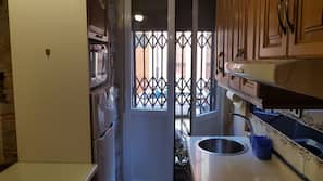 Frigorífico grande, microondas, horno y placa de cocina