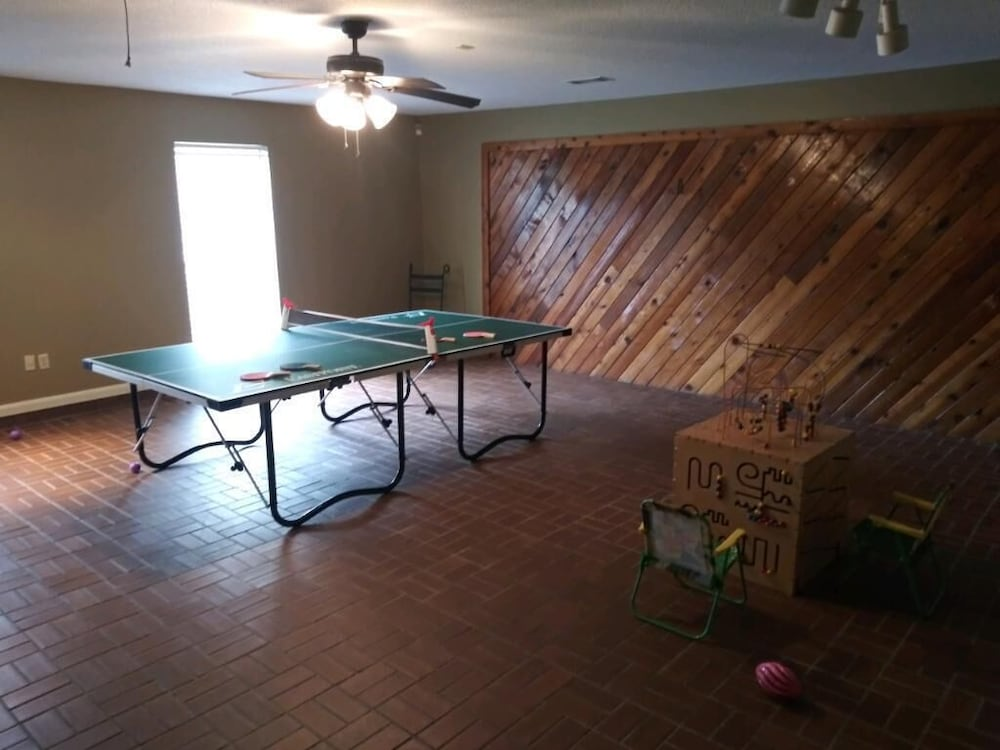 Game Room, Beautiful Executive Estate Only 20 Minutes From New Orleans