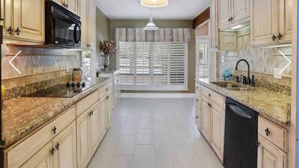 Private Kitchen, Beautiful Executive Estate Only 20 Minutes From New Orleans